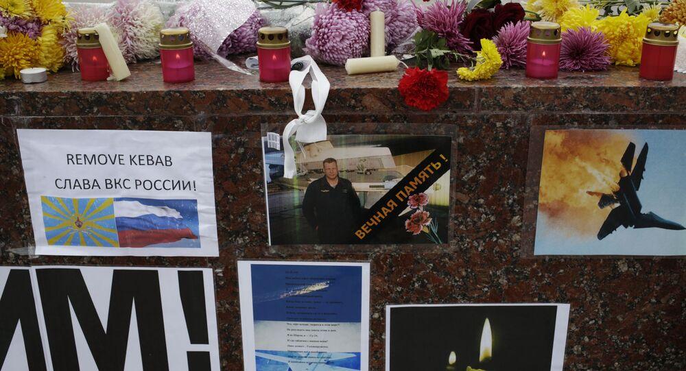 Kwiaty i znicze upamiętniające Olega Peszkowa, drugiego pilota Su-24