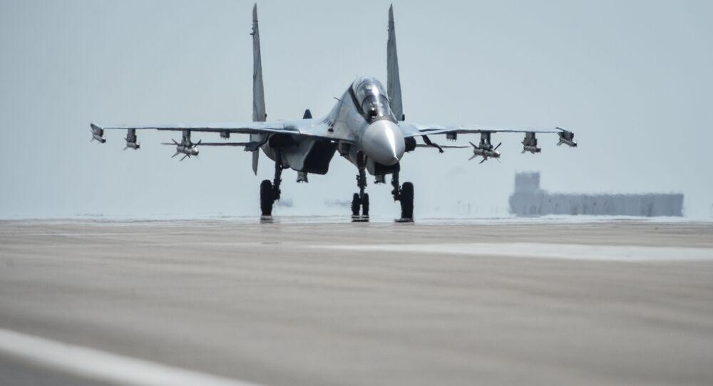 Myśliwiec Su-30SM przygotowuje się do startu z bazy lotniczej Hmeimim w syryjskiej prowincji Latakia