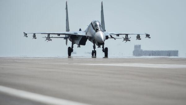 Myśliwiec Su-30SM przygotowuje się do startu z bazy lotniczej Hmeimim w syryjskiej prowincji Latakia - Sputnik Polska