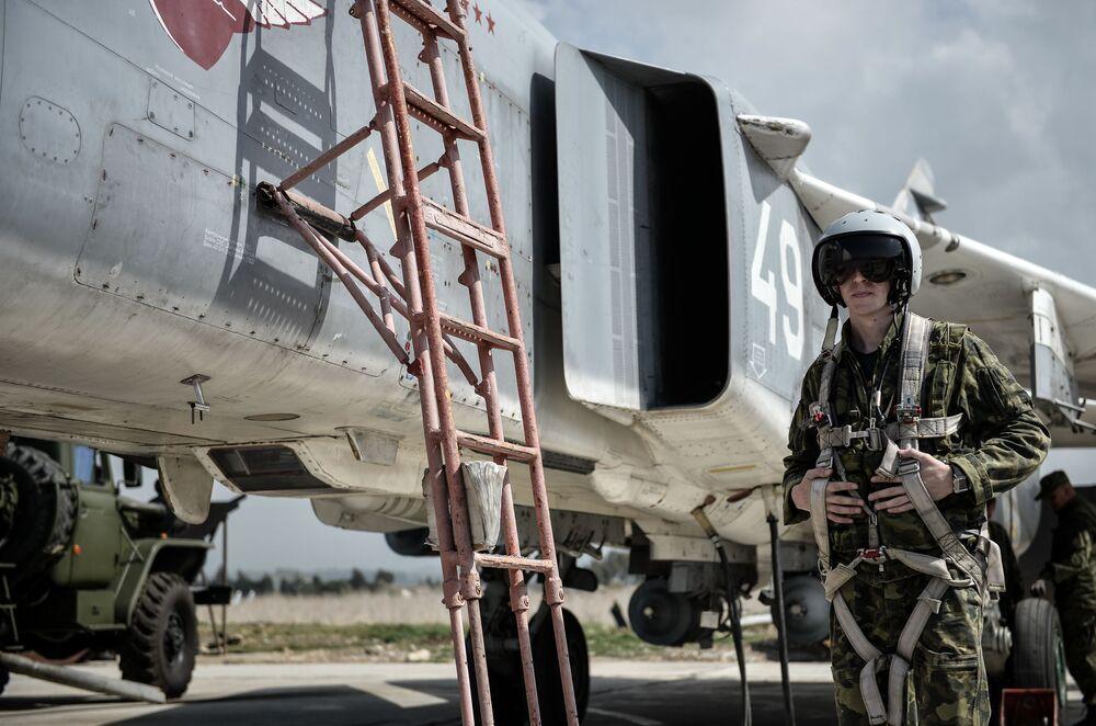 Pilot Sił Lotniczo-Kosmicznych Rosji wsiada do samolotu myśliwsko-bombowego Su-24 w bazie lotniczej Hmeimim w syryjskiej prowincji Latakia
