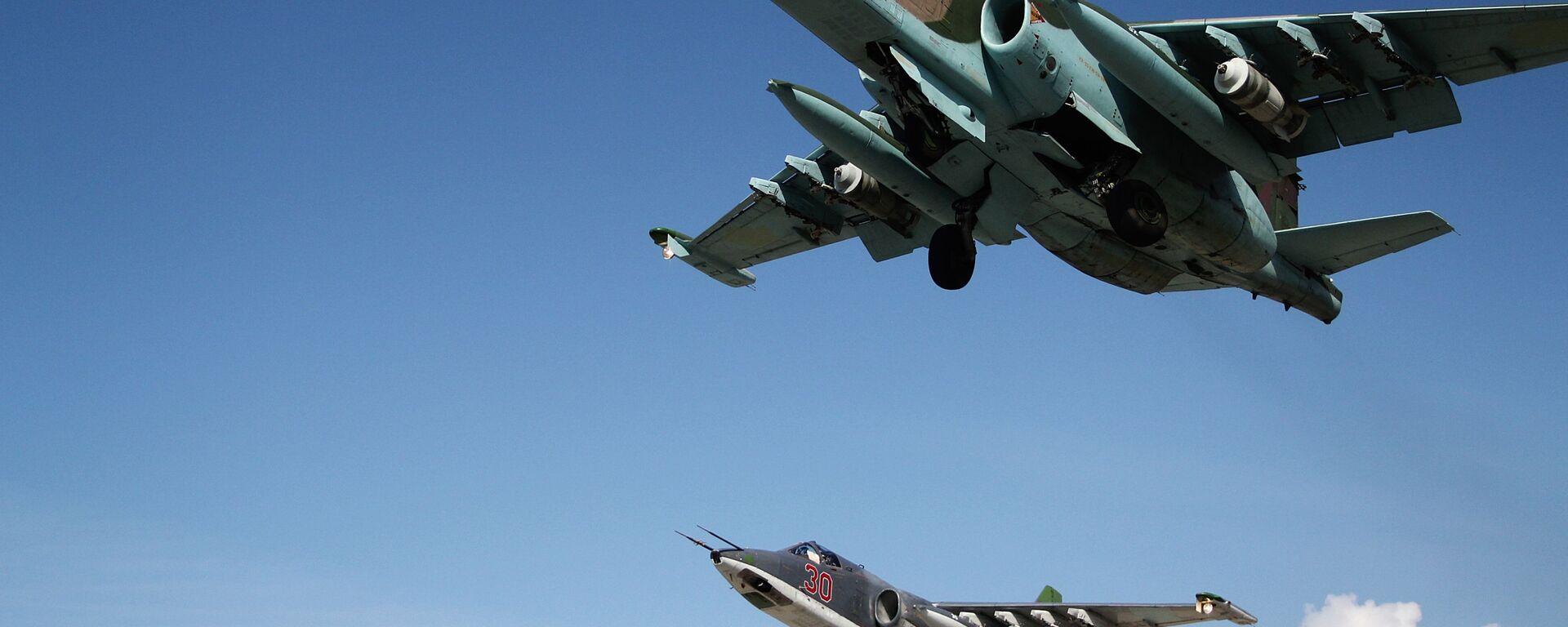 Rosyjskie samoloty szturmowe Su-25 startują z bazy lotniczej Hmeimim w Syrii - Sputnik Polska, 1920, 28.07.2021
