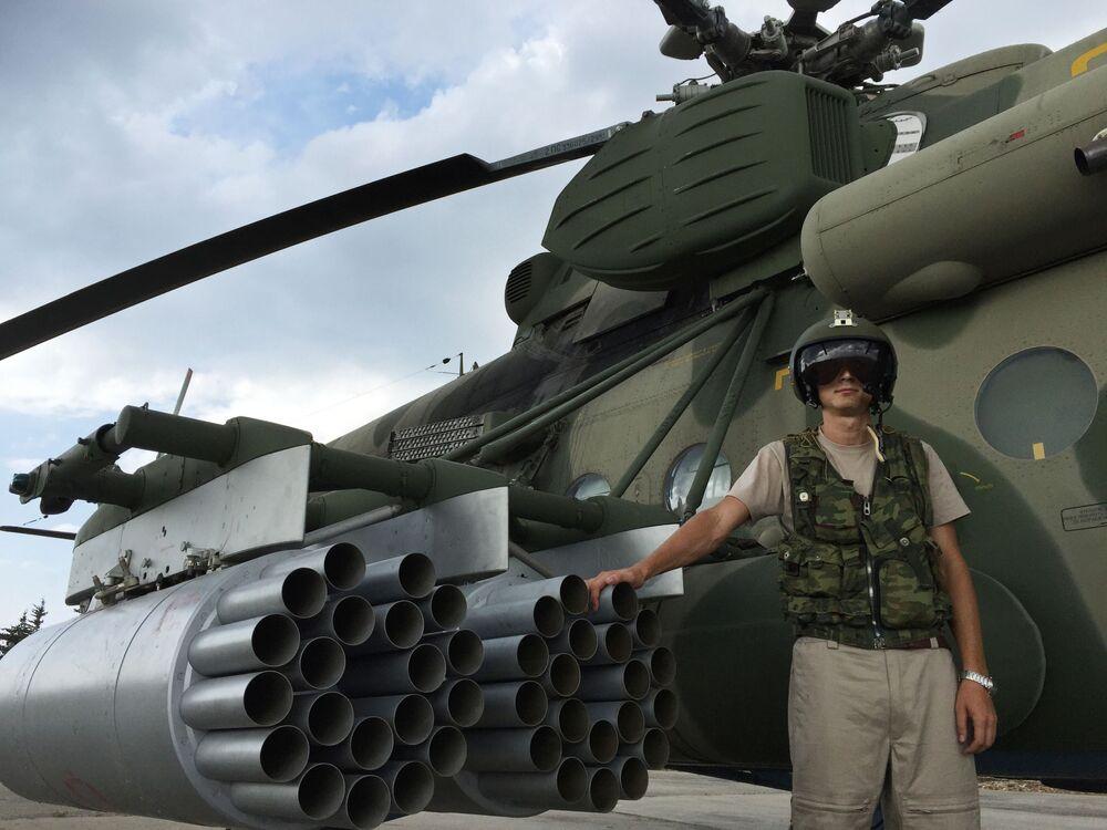 Pilot przy rosyjskim śmigłowcu transportowo-szturmowym Mi-8SMSzT na lotnisku Hmeimim w Syrii
