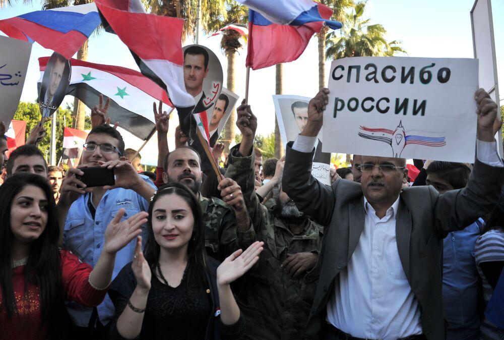 Uczestnicy wiecu na rzecz operacji Sił Lotniczo-Kosmicznych Rosji w Syrii w Tartus