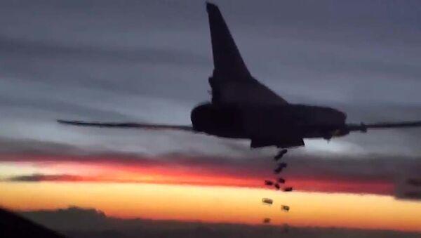 Samolot bombowy Tu-22M3 Sił Lotniczo-Kosmicznych Rosji podczas lotu bojowego - Sputnik Polska