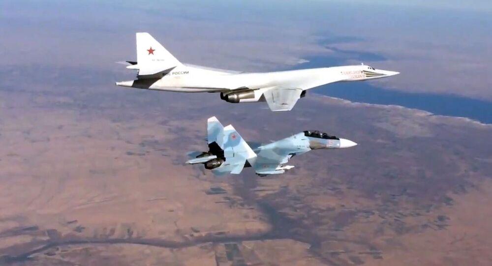 Myśliwiec Su-30SM towarzyszy turboodrzutowemu ponaddźwiękowemu bombowcowi strategicznemu Tu-160 Sił Lotniczo-Kosmicznych Rosji