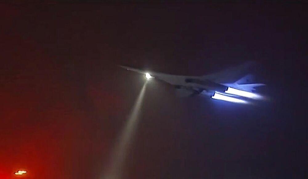 Turboodrzutowy ponaddźwiękowy bombowiec strategiczny Tu-160 Sił Lotniczo-Kosmicznych podczas lotu bojowego w celu przeprowadzenia ataku na obiekty PI w Syrii