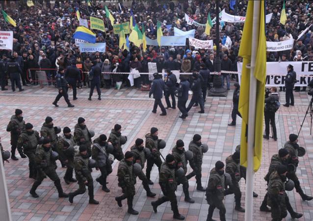 Około 3 tys. rolników domaga się dymisji Arsenija Jaceniuka wokół budynku Rady Najwyższej
