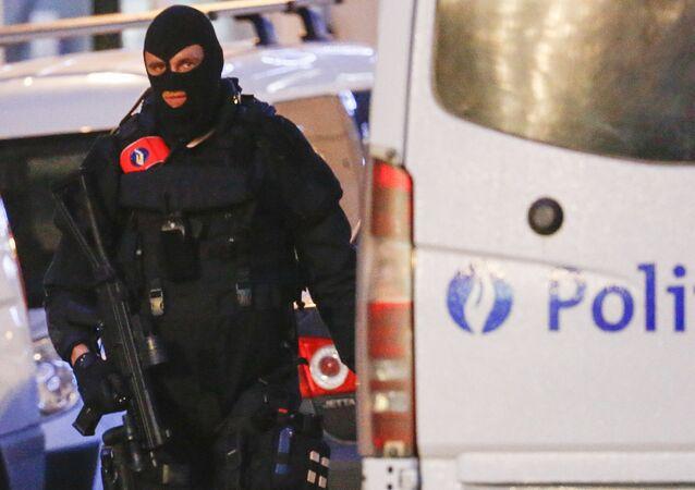 Belgijskie służby specjalne na ulicy w Brukseli