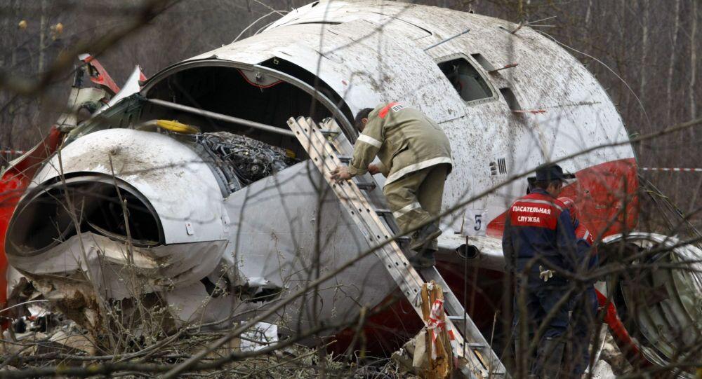 Pracownicy MSN na miejscu katastrofy prezydenckiego samolotu Tu-154 pod Smoleńskiem, 13 kwietnia 2010 r.