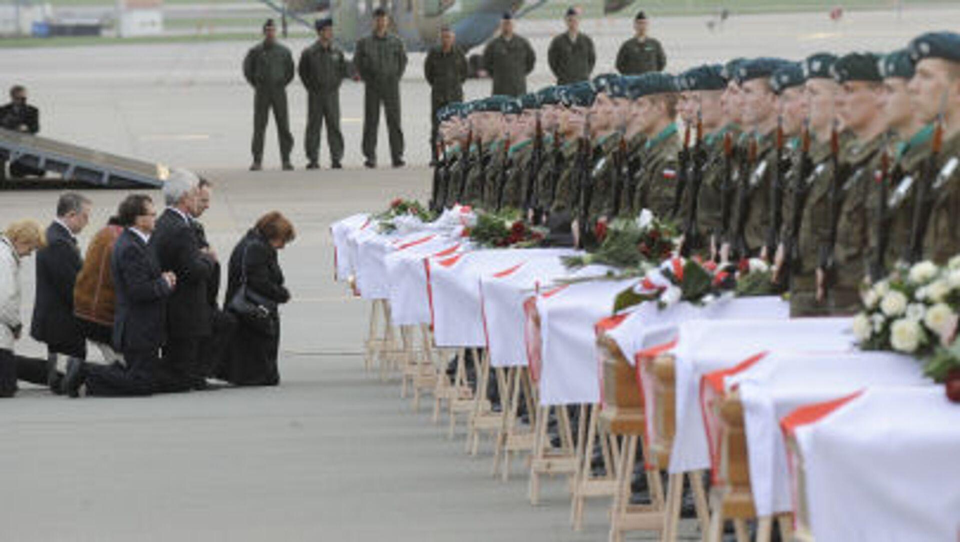 Krewni i bliscy na pogrzebie ofiar katastrofy prezydenckiego samolotu pod Smoleńskiem, 15 kwietnia 2010 r. - Sputnik Polska, 1920, 10.04.2021
