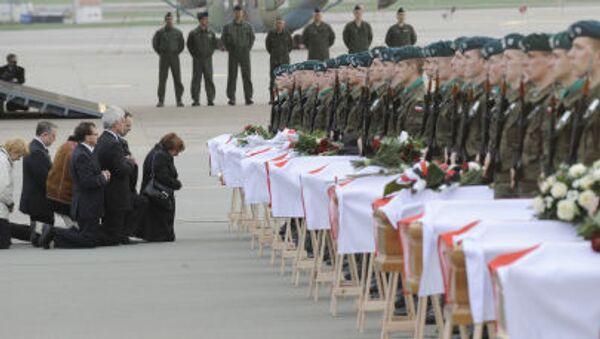 Krewni i bliscy na pogrzebie ofiar katastrofy prezydenckiego samolotu pod Smoleńskiem, 15 kwietnia 2010 r. - Sputnik Polska