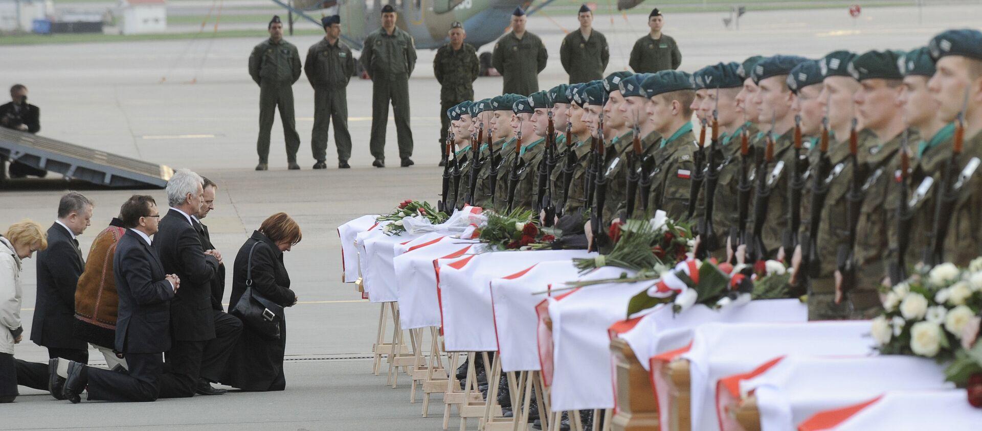 Krewni i bliscy na pogrzebie ofiar katastrofy prezydenckiego samolotu pod Smoleńskiem, 15 kwietnia 2010 r. - Sputnik Polska, 1920, 11.04.2021