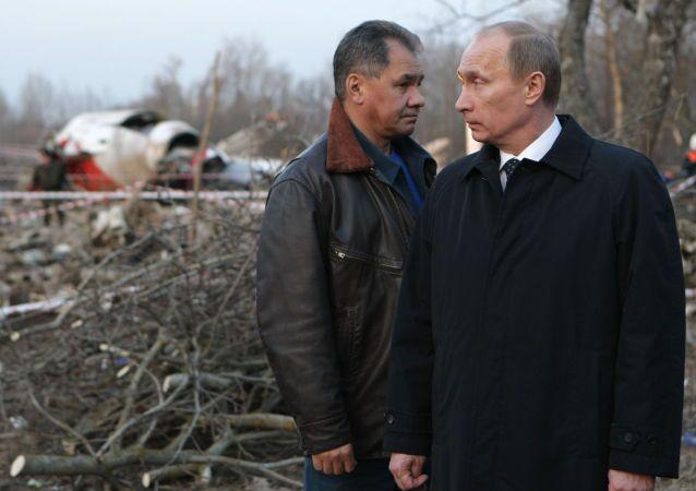 Premier Rosji Władimir Putin i minister spraw nadzwyczajnych Siergiej Szojgu na miejscu katastrofy polskiego samolotu prezydenckiego pod Smoleńskiem, 2010 r.