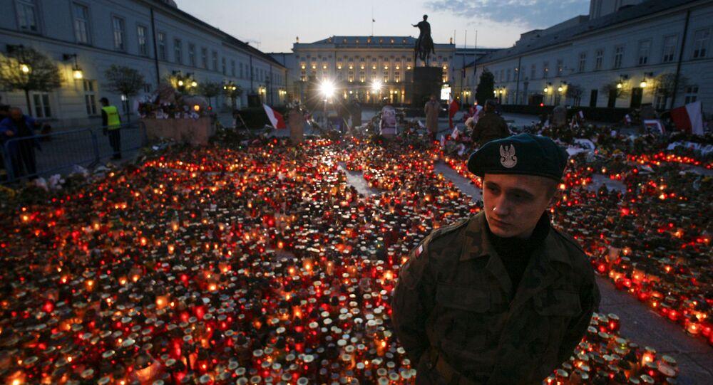 Znicze przed Pałacem Prezydenckim na znak pamięci o ofiarach katastrofy prezydenckiego samolotu Tu-154