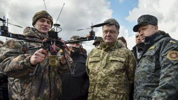 Prezydent Ukrainy Petro Poroszenko i sekretarz Rady Bezpieczeństwa Narodowego i Obrony Ołeksandr Turczynow w centrum szkoleniowym Gwardii Narodowej - Sputnik Polska