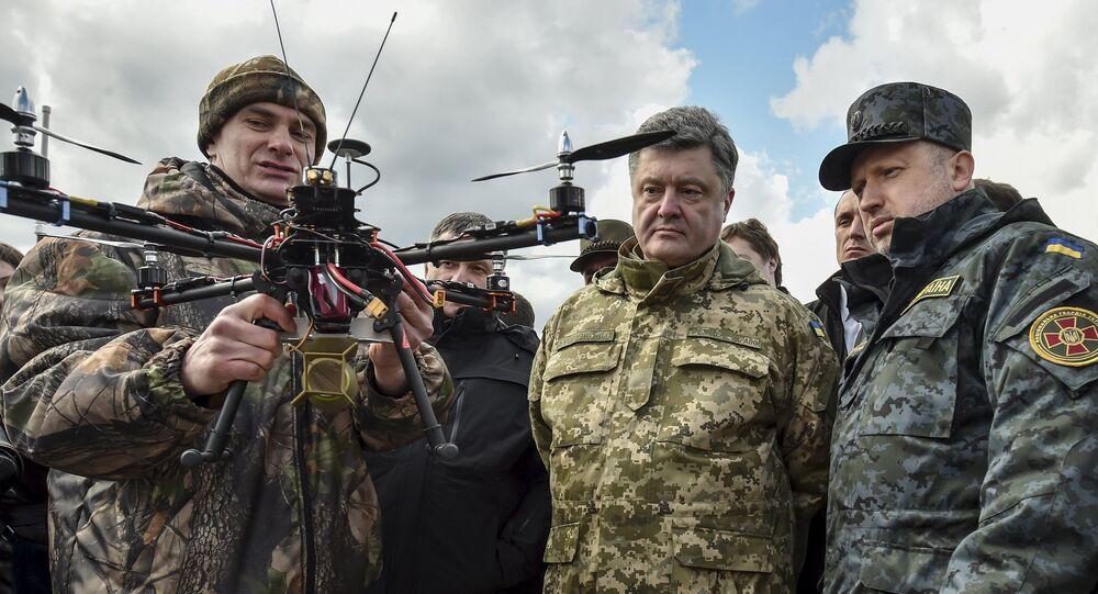 Prezydent Ukrainy Petro Poroszenko i sekretarz Rady Bezpieczeństwa Narodowego i Obrony Ołeksandr Turczynow w centrum szkoleniowym Gwardii Narodowej