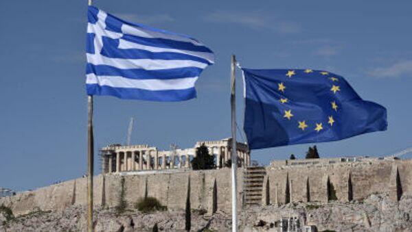 Flagi Grecji i UE przed Akropolem w Atenach - Sputnik Polska