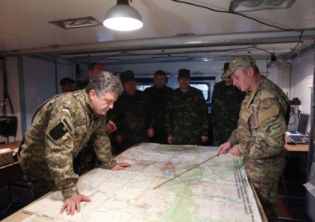 Prezydent Ukrainy Petro Poroszenko w sztabie Gwardii Narodowej w obwodzie donieckim