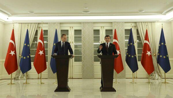Przewodniczący Rady Europejskiej Donald Tusk i premier Turcji Ahmet Davutoglu w Ankarze - Sputnik Polska