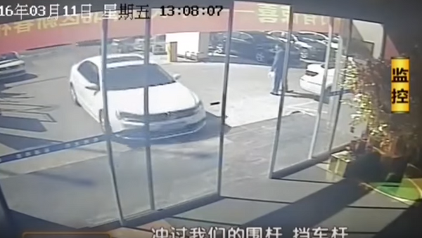 Niezadowolony z jakości samochodu Chińczyk staranował salon samochodowy - Sputnik Polska