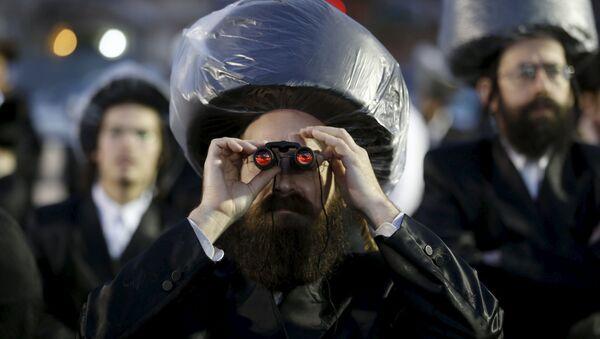 Ultraortodoksyjny Żyd z lornetką na tradycyjnym żydowskim weselu w Netanji - Sputnik Polska