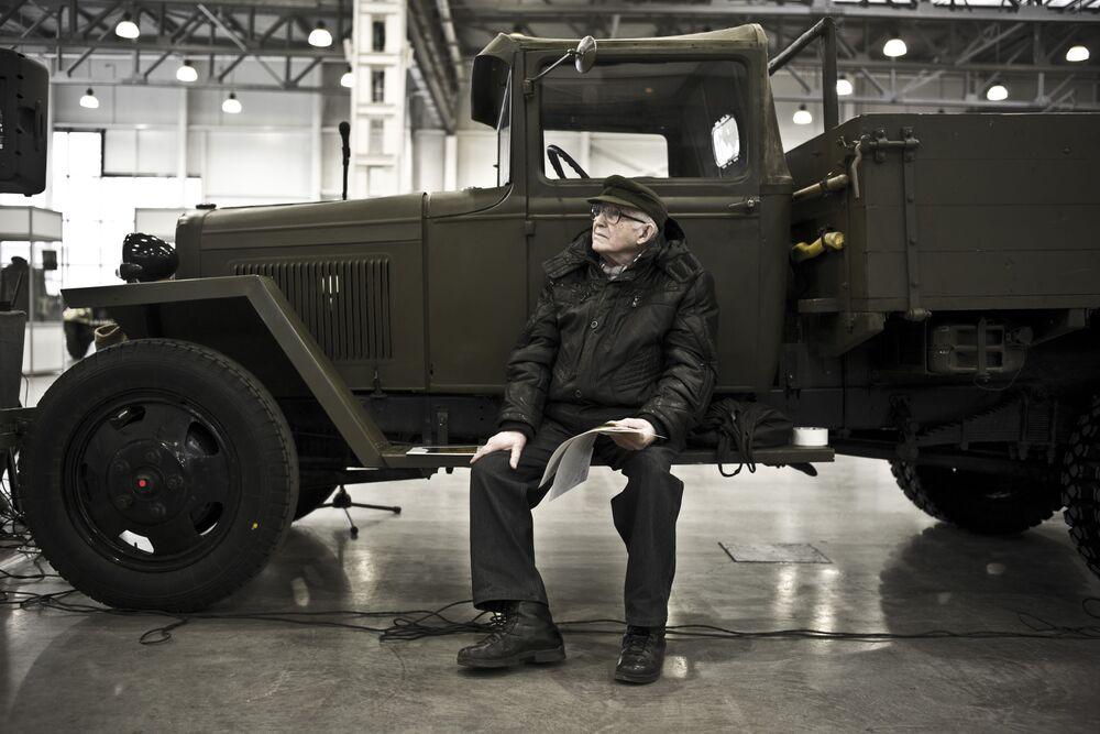 Kolekcjoner samochodów zabytkowych Witalij Sefgierjanc podczas przygotowania do wystawy Silniki Wojny w centrum Crocus Expo w Moskwie