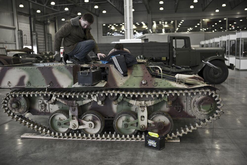 Francuski uniwersalny gąsienicowy ciągnik wojskowy Lorraine 37L na wystawie Silniki Wojny w centrum Crocus Expo w Moskwie