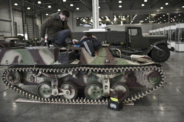 Francuski uniwersalny gąsienicowy ciągnik wojskowy Lorraine 37L na wystawie Silniki Wojny w centrum Crocus Expo w Moskwie - Sputnik Polska