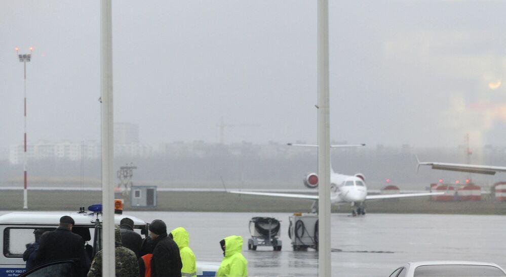Pracownicy służb operatywnych na lotnisku w Rostowie nad Donem