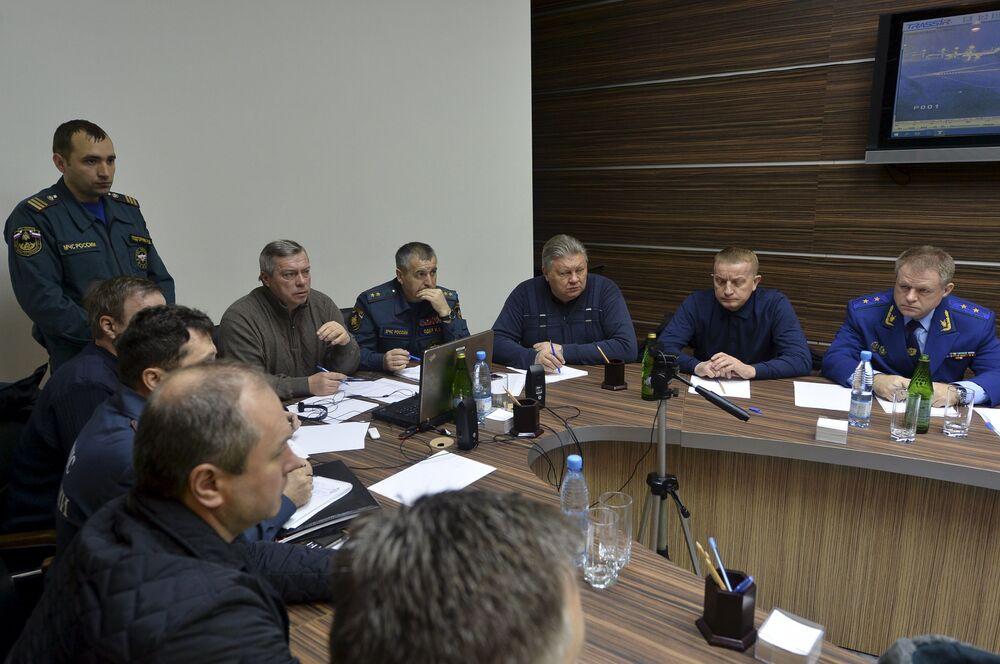 Pracownicy służb szybkiego reagowania na lotnisku w Rostowie nad Donem