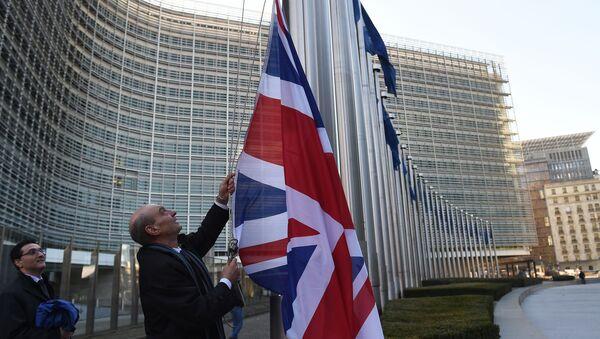 Brytyjska flaga przed budynkiem Komisji Europejskiej w Brukseli - Sputnik Polska