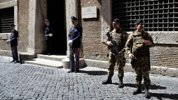 Policjanci i żołnierze przed bramą prokuratury Rzymu - Sputnik Polska