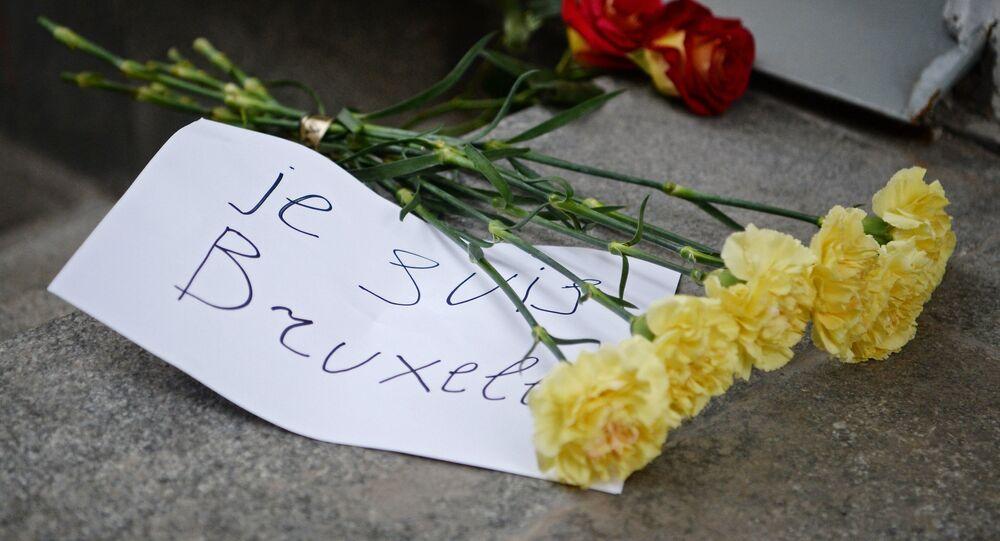 Mieszkańcy Moskwy przynoszą kwiaty pod ambasadę Belgii