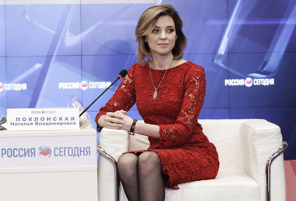 Natalia Pokłońska na konferencji prasowej na Krymie