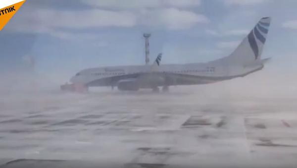 W rosyjskim Norylsku wiatr zdmuchnął 40-tonowy Boeing-737 - Sputnik Polska