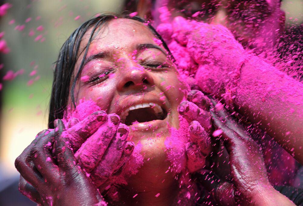 Uczestniczka festiwalu Holi w Hajdarabadzie