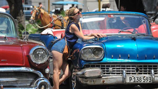 Dziewczyna pozuje przy samochodzie w Hawanie - Sputnik Polska