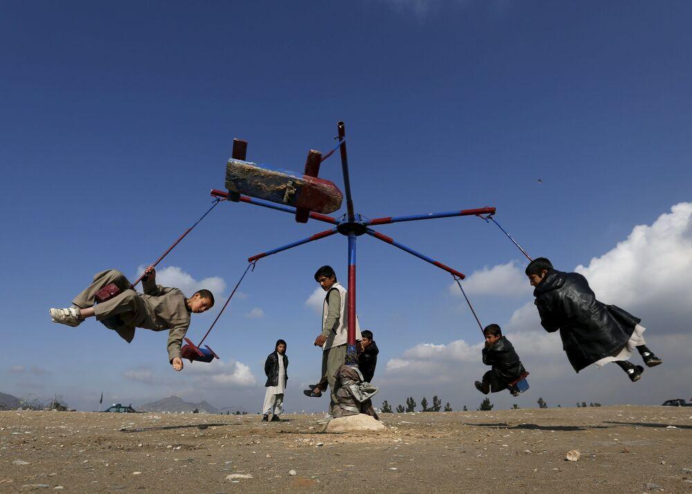 Afgańskie dzieci na karuzeli podczas obchodów Nouruzu