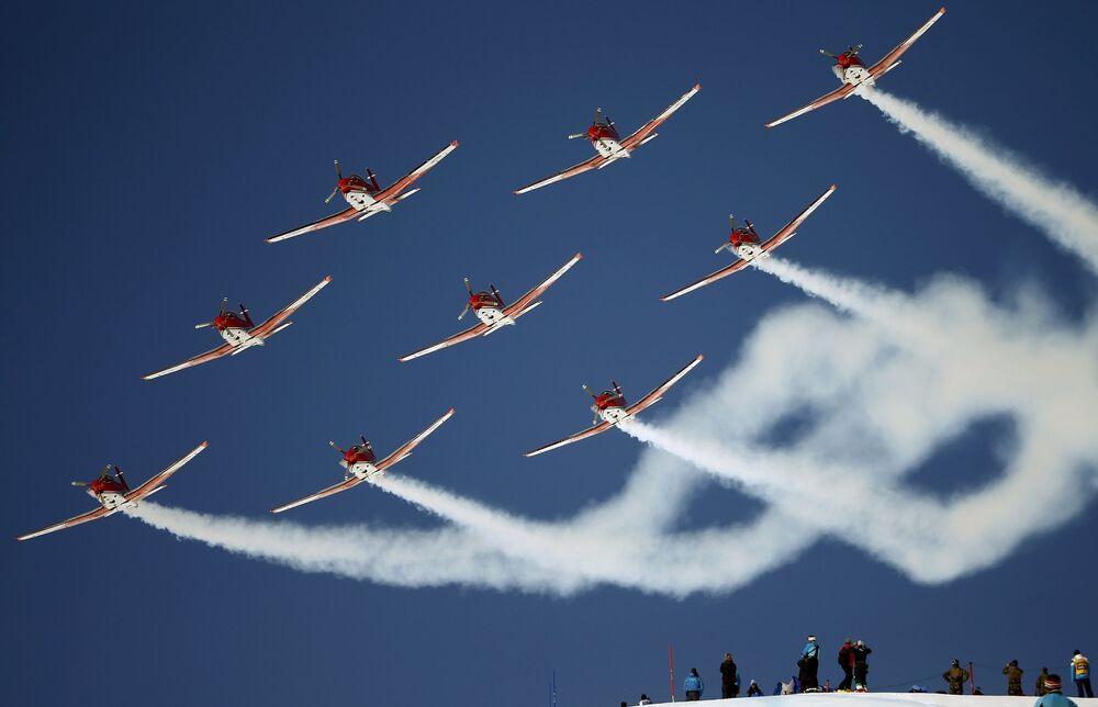 Szwajcarska grupa pilotowa PC 7 podczas występów w St. Moritz