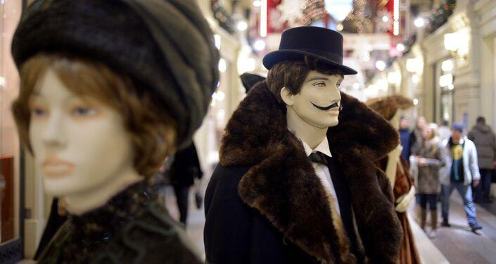 Manekiny w strojach historycznych na wystawie 120 lat mody Domu Handlowego GUM