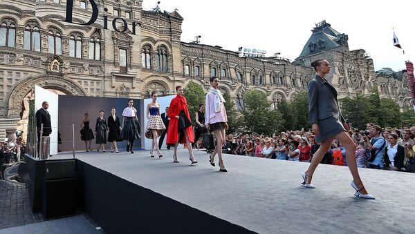 Pokaz Dior na Placu Czerwonym przy Domu Handlowym GUM - Sputnik Polska