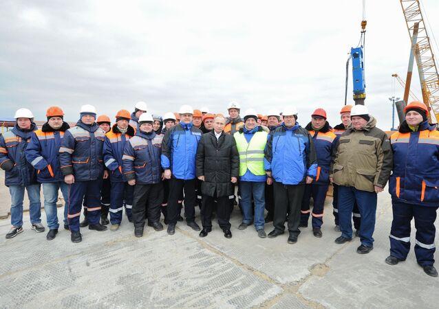 Prezydent Rosji podczas wizyty na placu budowy mostu przez Cieśninę Kerczeńską