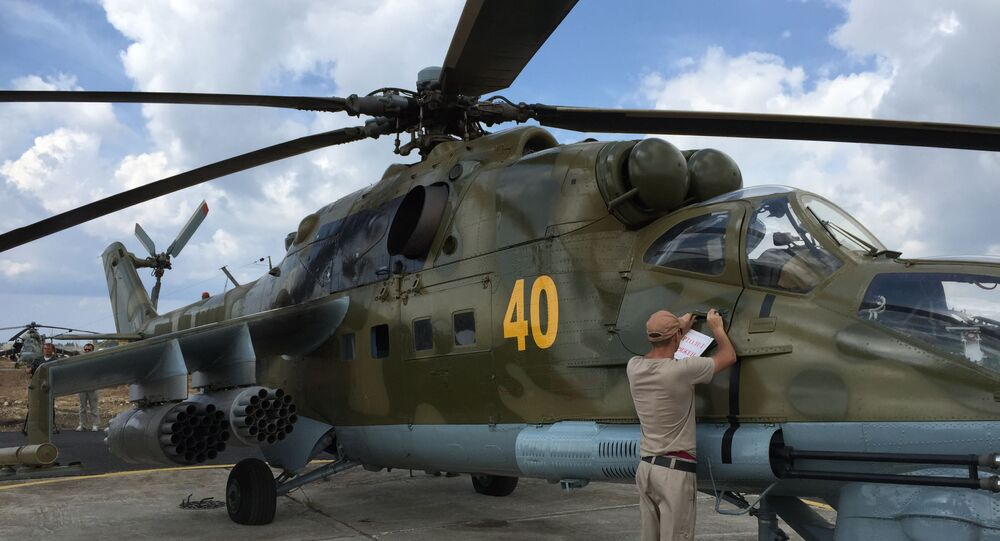 Rosyjskie śmigłowce uderzeniowe Mi-24 startują na zadanie bojowe z lotniska Hmeimim w Syrii