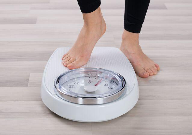 Kobieta na wadze podłogowej