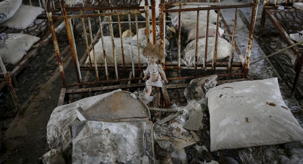 Lalka w opuszczonym przedszkolu w mieście Prypeć