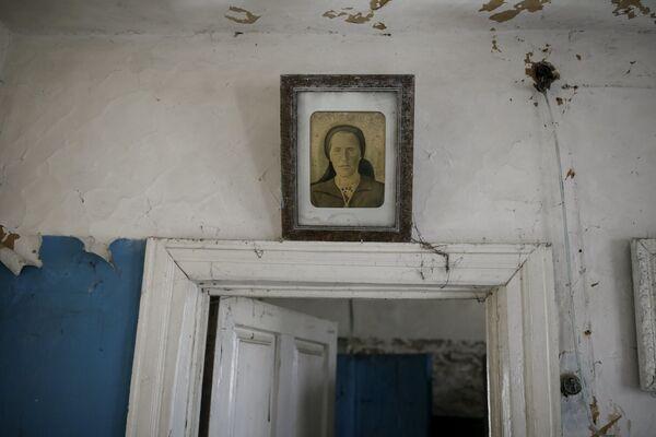 Portret na ścianie opuszczonego domu w mieście Prypieć - Sputnik Polska