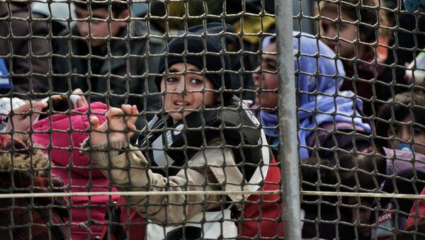 Migranci na statku straży wybrzeża na Morzu Egejskim - Sputnik Polska
