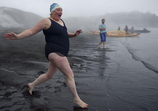 Turyści w czasie kąpieli w gorących źródłach na Wyspie Zwodniczej u wybrzeży Antarktydy