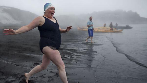 Turyści w czasie kąpieli w gorących źródłach na Wyspie Zwodniczej u wybrzeży Antarktydy - Sputnik Polska
