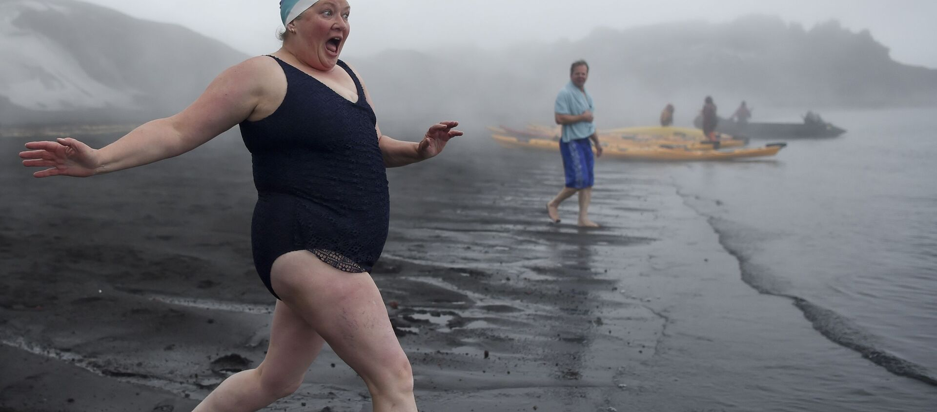 Turyści w czasie kąpieli w gorących źródłach na Wyspie Zwodniczej u wybrzeży Antarktydy - Sputnik Polska, 1920, 09.02.2021